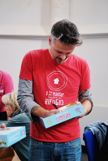 Designer of Rifugio, Niels Pieterse, signing his games.