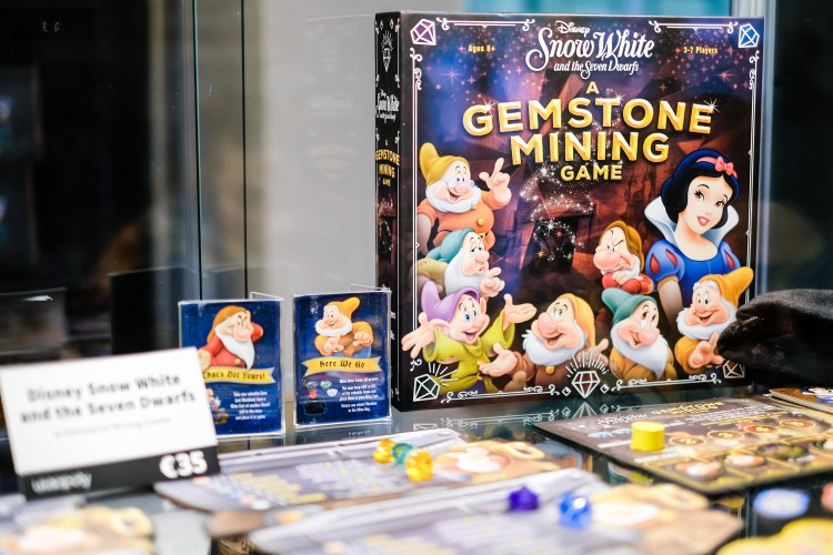 Spiel 2018 Snow White and the Seven Dwarfs: A Gemstone Mining Game by Usaopoly